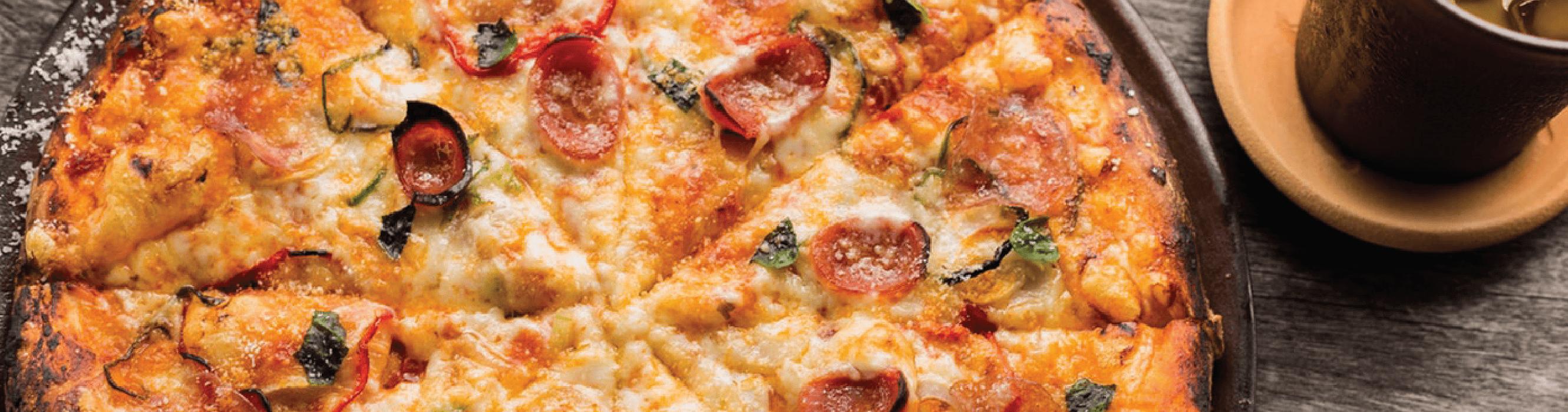 pizza de calabresa com muito queijo.